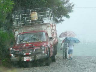 tropischer Regenguß - Regenzeit, Tropen, Zentralamerika, Costa Rica, Regen, Schauer, Regenwetter, Wolkenbruch, Gußregen, Niederschlag, Niederschlagsmenge, Regenschirm, Wetter