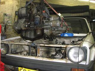 Motor wird ausgebaut - Auto, Motor, Mechaniker, Golf, VW, Arbeiter, Garage, Antrieb, Verbrennungsmotor