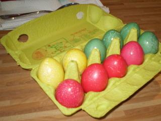 Vorgangsbeschreibung: Ostereier färben #9 - Osterei, Ostern, Vorgang, Beschreibung, Vorgangsbeschreibung, Färben, Ei, farbig, bunt, färben, rot, blau, gelb, Eierkarton, zehn