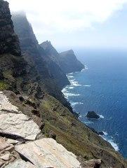 Steilküste im Nordwesten von Gran Canaria - Küste, steil, Steilküste, Felsen, Abgrund, Himmel, blau, Meer, Wellen, Wasser, Wolken, Küstenabschnitt, Festland, Abbruch, Abtragung, Klippe, Luftperspektive