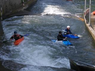 Kanusport #1 - Kanu, Kanus, Training, Paddel, paddeln, Wasser, Wassersport, Strömung, drei, Helm, Boot, Boote