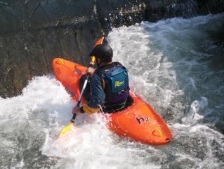 Kanusport #3 - Kanu, Kanusport, Wasser, Wassersport, Paddel, paddeln, Boot, orange, blau, weiß, Strömung, Helm, Training