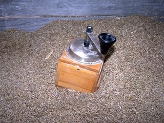 Handmühle und Getreidekörner - Getreide, Körner, Mühle, Handmühle, mahlen, Mehl, Reibung