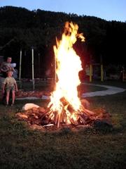 Lagerfeuer - Lagerfeuer, Feuer, Abend, Flamme, Feuerstelle, lodern, brennen, heiß, Verbrennung, Schreibanlass