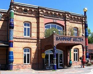Hundertwasser-Bahnhof Uelzen #5 - Bahnhof, Kunst, Künstler, Friedensreich, Hundertwasser, Architektur, Säule, Säulen, bunt, Front, Eingang, Bahn, Bundesbahn