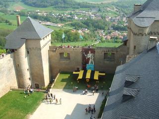 Burghof von  Malbrouck - Burg, Schloss, Mittelalter, Burganlage, Architektur, Schlosshof, Wehrturm, Burg Meinsberg, mittelalterliche, lothringische, Burganlage