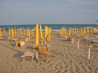 Abendstimmung am Strand in Jesolo - Italien, Jesolo, Liegestuhl, Strand, orange, gelb, blau, Abend