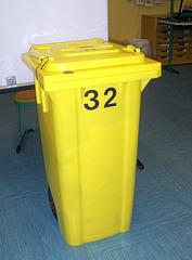 Wahlen #3 - Wahl, Wahlen, Europawahl, Kabine, Wahlkabine, geheim, Wahlurne, gelb, Mülltonne, Wahlzettel, abstimmen, Stimme, Stimmzettel