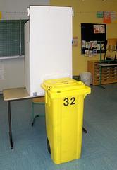 Wahlen #4 - Wahl, Wahlen, Europawahl, Kabine, Wahlkabine, geheim, Wahlurne, gelb, Mülltonne, Wahlzettel, abstimmen, Stimme, Stimmzettel
