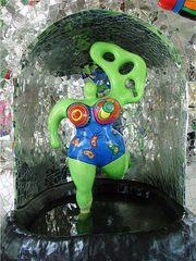 Nana in der Grotte - Figur, Niki de Saint Phalle, Nana, Flügel, bunt, Grotte, Herrenhäuser Gärten