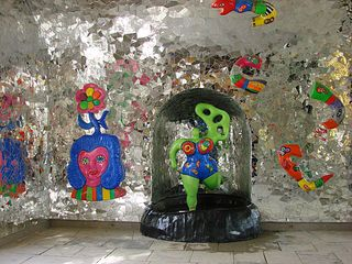Figuren-Ensemble von Niki de Saint Phalle - Figur, Niki de Saint Phalle, Nana, bunt, Mosaik, Glas, Spiegel, Grotte, Herrenhäuser Gärten