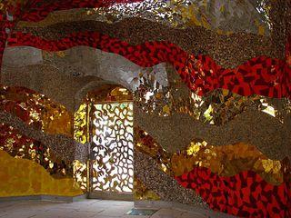 Halle der Spiritualität - Figur, Niki de Saint Phalle, gelb, gold, Glas, Mosaik, Spiegel, Kiesel, Grotte, Herrenhäuser Gärten