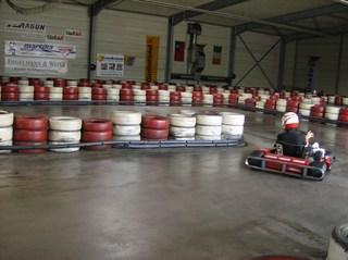 Kartbahn #1 - Kartbahn, Kartsport, Rennstrecke, Absicherung, Reifen, rot, weiß, Karting, Motorsport, Rennfahrer, Pylonen, Parcours, Sport, Freizeit, Hobby