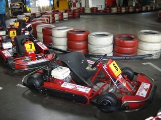 Kartbahn #4 - Kartbahn, Kartsport, Rennstrecke, Absicherung, Reifen, rot, weiß, Karting, Motorsport, Rennfahrer, Pylonen, Parcours, Sport, Freizeit, Hobby, Kart, Go-Kart, Verbrennungsmotor, Boxengasse