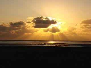 Sonnenuntergang auf Neuwerk - Sonne, Untergang, Sonnenuntergang, Abend, Tageszeit, Nacht, Wolken, Erzählanlass, Schreibanlass, Kalenderbild, Strahlen, Strahlengang, geradlinig, Optik, Lichtstrahl
