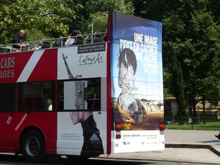 Bus als Werbeplakat - Frankreich, Paris, französisch, englisch, Werbung, Werbeplakat, Bus, blau, weiss, rot