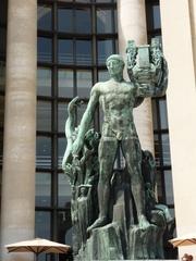 Apollo - Palais de Chaillot - Paris, Frankreich, Statue, Bronze, Apollo, kolossal, Lyra, Schlange, Mythologie, Säule