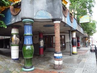 Hundertwassersäulen - Kunst, Künstler, Friedensreich, Hundertwasser, Architektur, Säule, Säulen, bunt, Haus, Pflastersteine, Schild, Reklame, Wien, Österreich