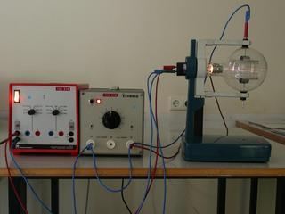 Elektronenstrahl-Ablenkröhre #1 - Elektronenröhre, Braunsche Röhre, Elektronenstrahl, Ablenkung, Plattenkondensator, Kondensator, Parabel, Heizspannung, Ablenkspannung, Kathode