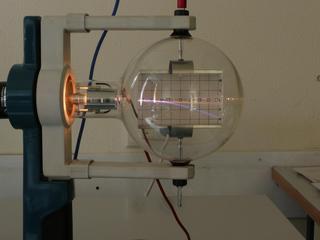 Elektronenstrahl-Ablenkröhre #4 - Elektronenröhre, Braunsche Röhre, Elektronenstrahl, Ablenkung, Plattenkondensator, Kondensator, Parabel, Heizspannung, Ablenkspannung, Kathode