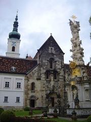 Westfassade der Kirche Heiligenkreuz - Kirche, Religion, Heiligenkreuz, Architektur, Romanik, Zisterzienser, Kontrast, Abt, Kloster, Stift, Pestsäule