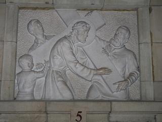 Kreuzweg 5 - Religion, Kreuzweg, Skulptur, Jesus, Simon, Kreuz, katholisch, Station, Kreuzwegstation, Leidensweg