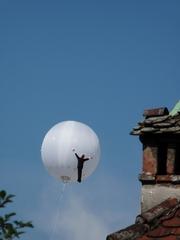 ein Ballon im Linzer Himmel - Ballon, Helium, Luft, Himmel, fliegen, weiss, Figur, Mann, Kunst, Balloon-Art, Kugel, Mathematik, Oberfläche, Volumen, Auftrieb, Dichte
