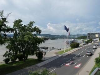 Donau bei Linz - Linz, Donau, Schifffahrt, Schiff, Strasse, Landschaft, Fahne, Autos, Glasgebäude, Stadtvegetation, Perspektive, Panorama