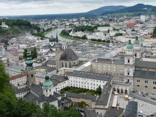 Salzburg - Blick auf die Stadt  - Salzburg, Österreich, Vogelperspektive, Kapitelplatz, Stadt, Dom, Gebäude, Häuser, Kuppel, Goldkugel, Fluss, Salzach, Brücke, Vegetation