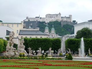 Festung Hohensalzburg und Mirabellgarten - Salzburg, Hohensalzburg, Festung, Panorama, Froschperspektive, Österreich, Mirabellgarten, Garten, Vegetation, Skulpturen