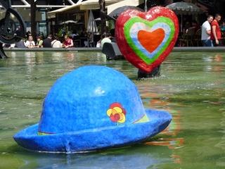 Der Hut des Clowns und das Herz (Stravinskibrunnen) - Niki de Saint Phalle, Paris, Stravinskibrunnen, Skulptur, Plastik, Hut, Herz, Wasser, bunt, blau, groß, Leute, Cafés