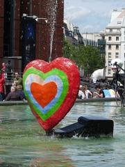 Das Herz - Niki de Saint Phalle, Paris, Stravinskibrunnen, Herz, bunt, rot, grün, blau, orange, Wasser, Brunnen, Farbe, Plastik