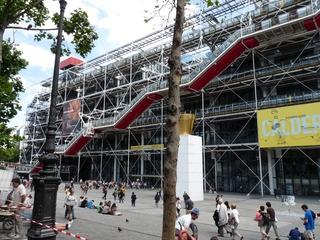 Centre Georges Pompidou (Paris, 1977) - Paris, Frankreich, Museum, Rolltreppe, Metallstrukturen, Glas, Tubus, moderne Kunst, Plakat, Leute, Platz