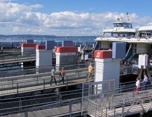 Fähranleger mit zwei Autofähren - Autofähren, Fähre, Autos, PKW, Transport, Wasser, See, Anleger, Hafen, zwei, beladen