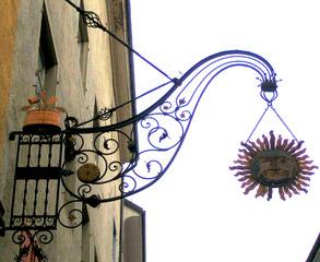 Altes Schild vor einem Gasthaus - Sonne, Gesicht, Schild, Werbung, Ausleger, schmiedeeisern, Handwerk, alt, Hinweis, Gasthaus