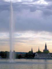 Fontäne vor Konstanz - Abend, Abendstimmung, Fontäne, Springbrunnen, Strahl, hoch, Wasserspiele, Wasser, Wolken, Dämmerung, Konstanz, Kloster, Skyline, Silhouette
