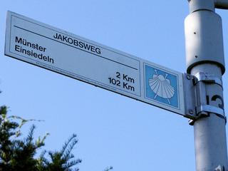 Jakobsweg Hinweisschild - Jakobsweg, Pilger, pilgern, Muschel, Jakobsmuschel, Schild, Hinweis, Weg, Wegstrecke
