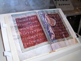 Stiftsbibliothek St. Gallen/CH - alte Folianten - Bibliothek, Bücher, alt, Handschriften, Kloster, Folianten, Initiale