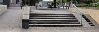 Treppe und Rollstuhlrampe - Treppe, Rampe, Aufgang, Stufen, schräg, Behinderte, behindertengerecht, behindert, Hilfsmittel, Rollstuhl, Kinderwagen, barrierefrei