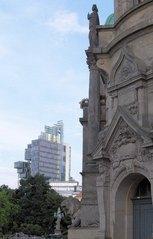 Zwei Gebäude -alt und neu - Architektur, Gebäude, Haus, Kontrast, alt, neu, Jahrhundertwende, Jahrtausendwende, Schmuck, schmucklos, nüchtern, Glas, Stil, Baustil, futuristisch, Gegensatz