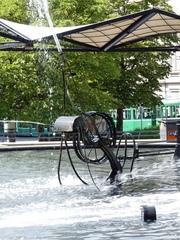 der Fastnachtsbrunnen – Basel # 5 - Jean Tinguely, Basel, Fastnachtsbrunnen, Kunst, Künstler, Plastik, Skulptur, Wasserfontäne, Wasserspiel, Theaterplatz, Strassenbahn