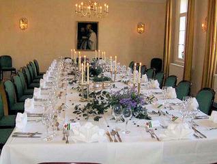 Festtafel #2 - Tisch, Essen, Feier, Jubiläum, Geburtstag, Hochzeit, Tischdecke, Schmuck, Gedeck, Gläser, Dekoration, Blumen, Besteck, elegant, feierlich, Servietten, Familienfeier, Haushalt, Essen, Fest