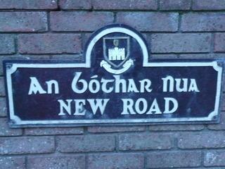 Irisches Straßenschild - Irland, Dublin, Straßenschild, irisch, englisch, Tourismus, Straßennamenschild, Hauswand