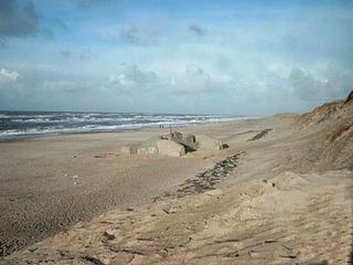 Bunker am Strand #2 - Strand, Meer, Wasser, Bunker, Nordsee, Atlantikwall, 2 Weltkrieg, Alliierte, Invasion, Schutz, Sand, Küste, Beton
