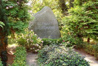 Grab Gerhart Hauptmanns - Gerhart Hauptmann, Dichter, Naturalismus, Nobelpreis, Literaturnobelpreis, Literatur, Schriftsteller, Grab, Grabstein, Friedhof, Hiddensee