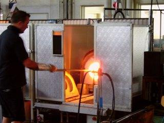 Glasbläser - Glasbläser, Glasherstellung, Handwerk, Glasbläserei, Werkstatt, Schmelzofen, Glas, schmelzen, heiß, Hitze