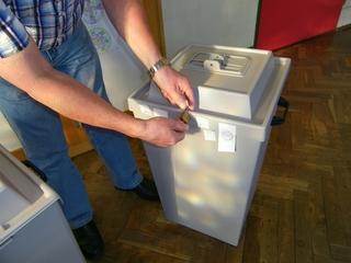Wahlen: versiegelte Wahlurne - Wahl, Bundestagswahl, wählen, Wahlurne, geheim, Stimmzettel, Politik, Demokratie, Bundestag, Landtag, Siegel