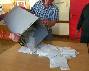 Wahlen, Wahlurnen leeren - Wahl, Bundestagswahl, wählen, Stimmzettel, Politik, Demokratie, geheim, öffentliche Auszählung, Bundestag, Landtag, Wahlurne