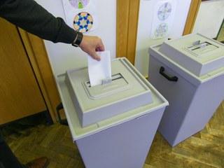 Wahl- Wahlurnen - Wahl, Bundestagswahl, wählen, Stimmzettel, Politik, Demokratie, geheim, öffentliche Auszählung, Bundestag, Landtag, Wahlurne