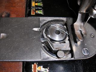 Alte Nähmaschine #9 - Nähmaschine, nähen, alt, mechanisch, treten, Spule, Faden, Garn, Stichplatte, Greifer, Spulenfach
